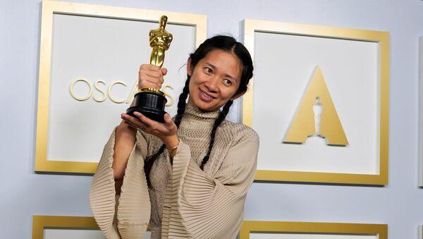 'Nomadland' filmi, 'Oscar Ödülleri' olarak da bilinen 93. Akademi Ödülleri Töreni'nde en iyi film ödülüne layık görüldü. Ödülü, filmin yapımcısı ve yönetmeni Chloe Zhao teslim aldı - Sputnik Türkiye