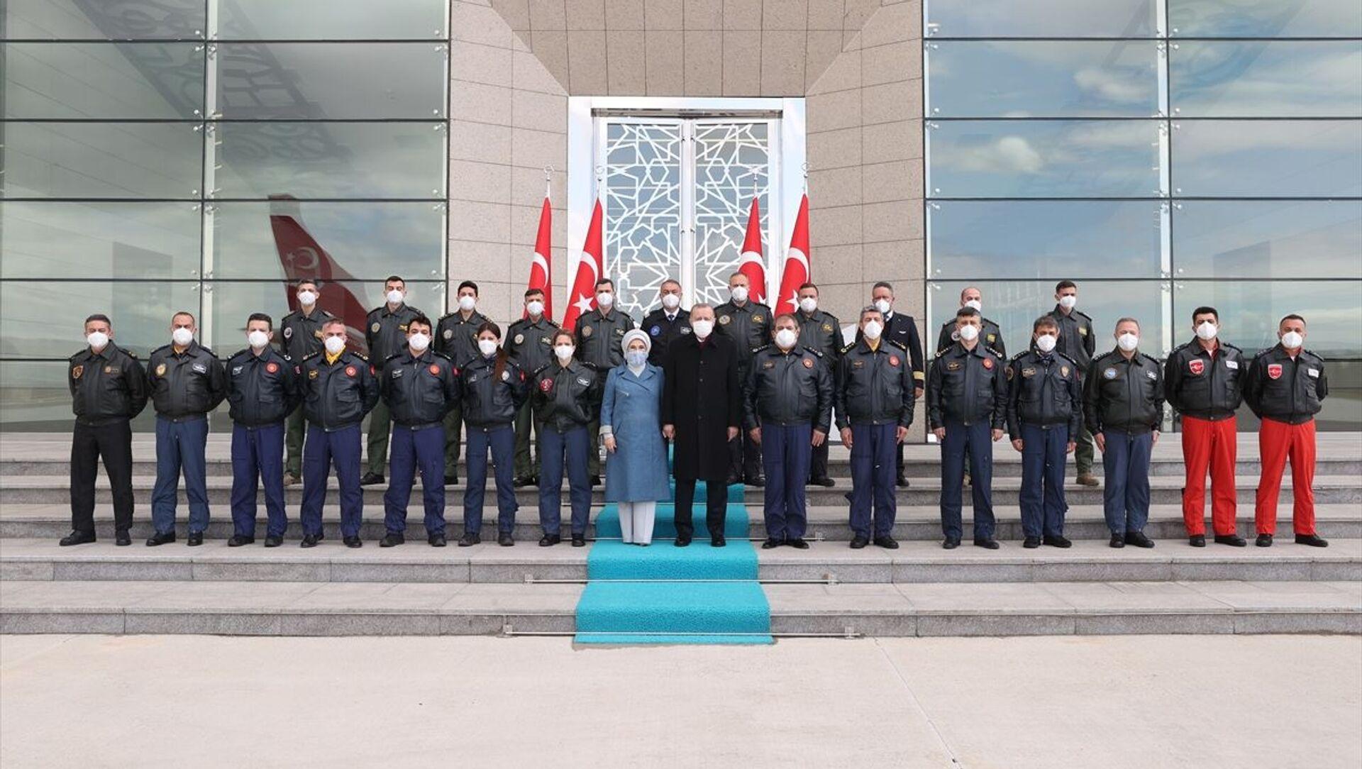 Recep Tayyip Erdoğan, Emine Erdoğan, pilotlar, Esenboğa Havalimanı - Sputnik Türkiye, 1920, 26.04.2021