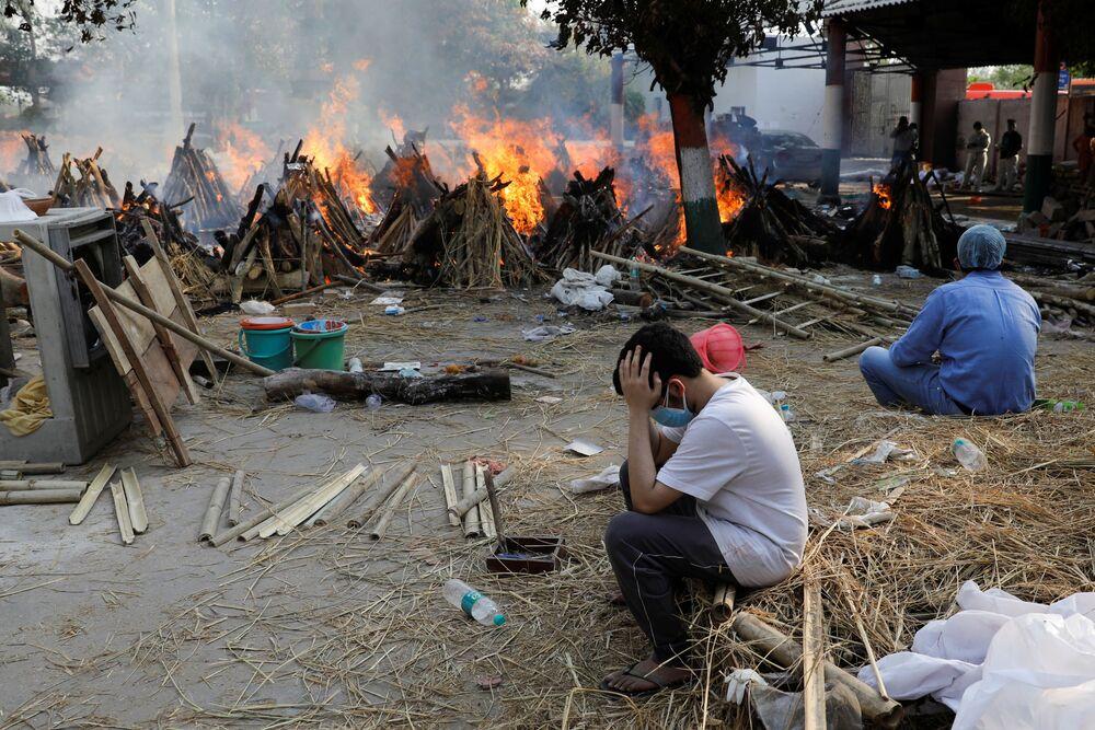 Bölgede yaşayan bazı kişilerin bir otoparkı açık hava krematoryumuna çevirdiğinin fotoğraflarını paylaşan Reuters birçok insanın bu şekilde ebedi yolculuklarına gönderildiğini de vurguladı