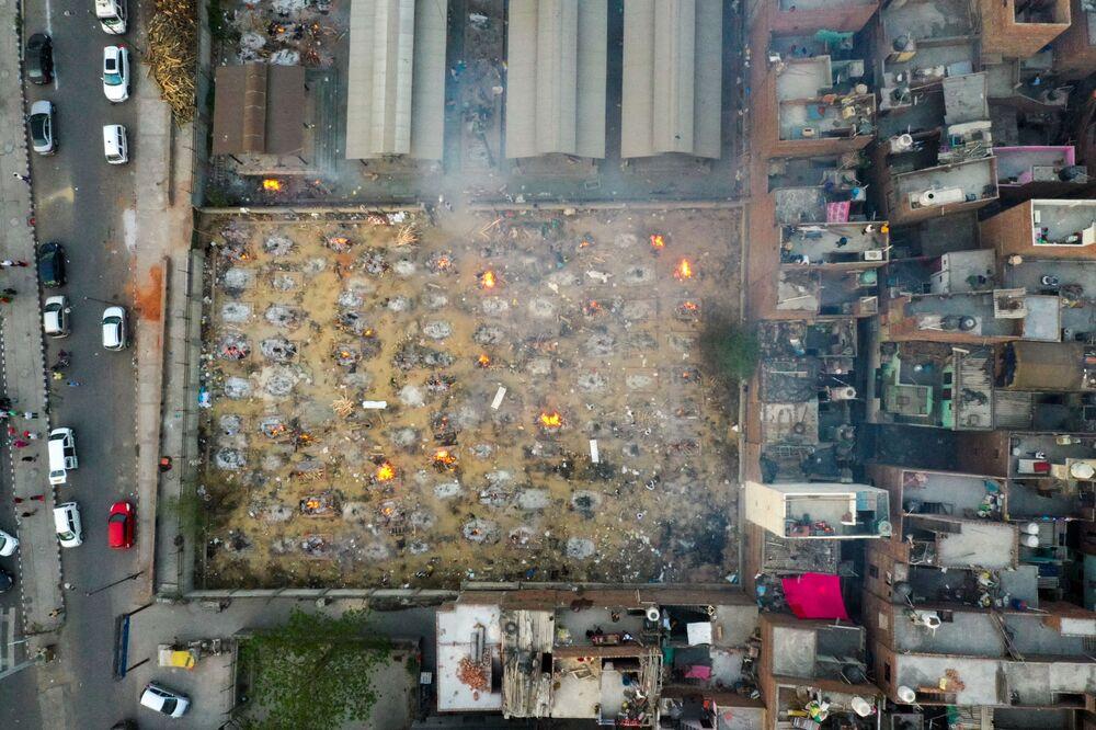 Hindistan'da ölü sayısının hızlı bir şekilde artmasıyla birlikte krematoryumlarda bile yer kalmadı. Yetkililer koronavirüsten  ölenleri açık havada yakmak zorunda kaldı