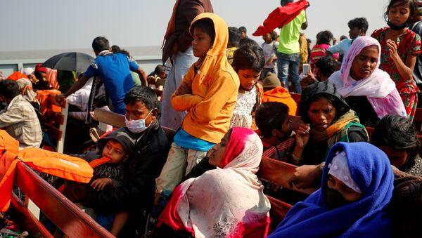 Bangladeş'te tekneyle yolculuk eden Rohingya sığınmacılar - Sputnik Türkiye