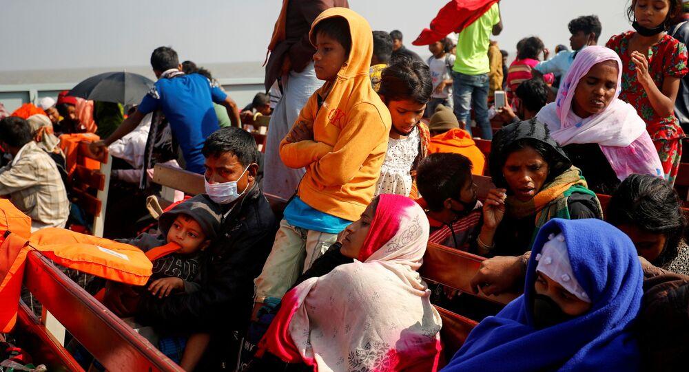 Bangladeş'te tekneyle yolculuk eden Rohingya sığınmacılar