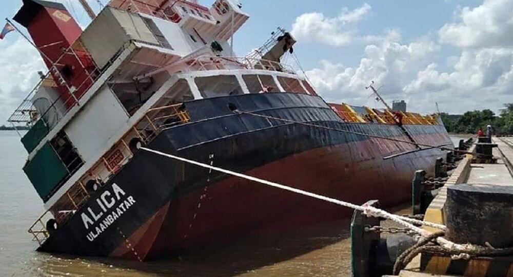 Vietnam'ın Ho Chi Minh (HCMC) kentinde yer alan Ho Chi Minh limanında, Endonezya'ya gitmek üzere yola çıkan 2 bin 500 ton ağırlığındaki yük gemisinin alabora olması sonucu 18 konteyner suya düştü.