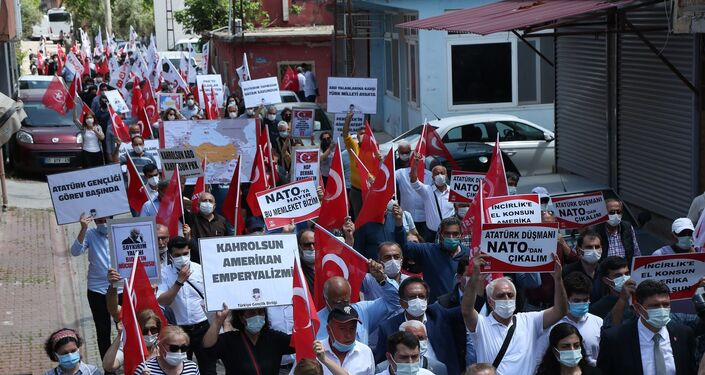 Üs önünde bir süre slogan atan grup, daha sonra dağıldı.