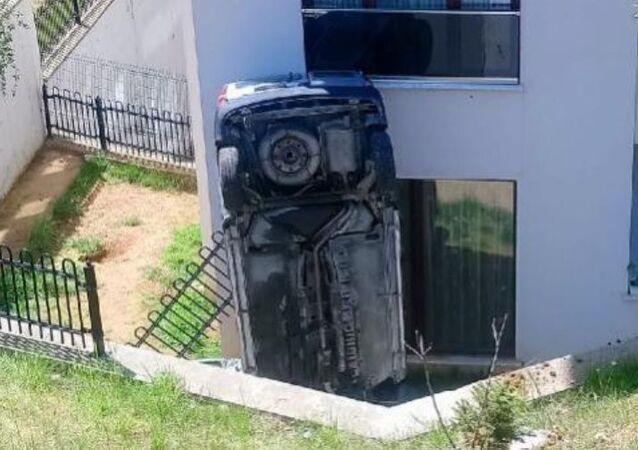 Düzce'de dik duran araç