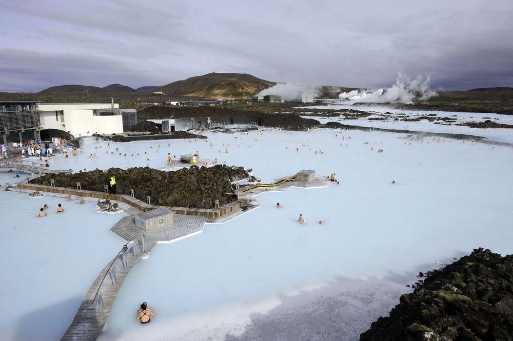 İzlanda'da bulunan ve ülkeye  gelen her turistin uğradığı bir durak olarak bilinen Blue Lagoon termal havuzu. Havuz tamamen yapay, su hemen yanındaki jeotermal tesisten geliyor ve sık sık sirküle oluyor.