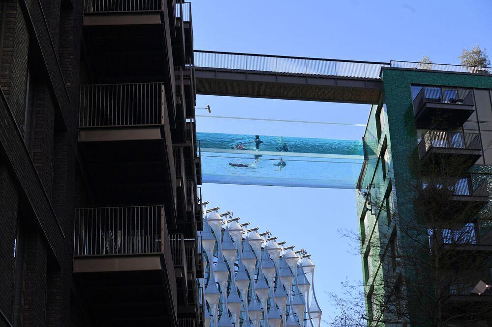 İngiltere'nin başkenti Londra'nın güneyindeki Nine Elms semtinde iki gökdelenin arasında 10 kat yükseklikte bulunan şeffaf 'gökyüzü' havuzu, 25 metre uzunluğunda ve 3 metre derinliğinde. Yerden 35 metre yüksekte asılı duran havuz  yüzücülere 'havada yüzme' hissiyatını vermeyi amaçlıyor.  Gökyüzü ve su arasındaki yüzücüler, 35 metre aşağıya baktıklarında kendilerini akvaryumdaymış gibi hissedecek