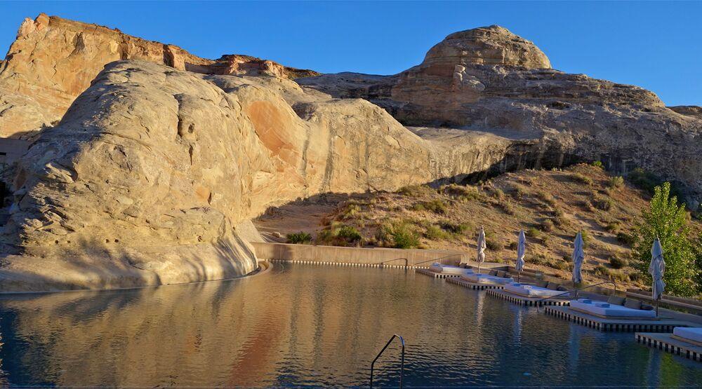 ABD'nin Utah eyaletinde yer alan ve çevresiyle uyum içinde tasarlanan Amangiri Resort Oteli'nde doğal kaya oluşumunun yanına inşa edilmiş bir yüzme havuzu bulunuyor