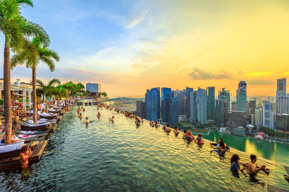 Bu inanılmaz havuz Singapur'un tepesinde, Marina Bay Sands otelinin 57. katında bulunuyor. 150 metre uzunluğundaki havuz neredeyse Singapur'un hepsini gören bir manzaraya sahip