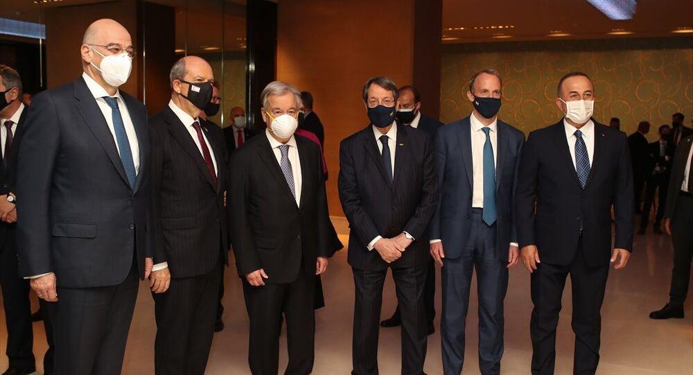 BM Genel Sekreteri Antonio Guterres, İsviçre'nin Cenevre kentinde düzenlenecek gayrıresmi Kıbrıs Konferansı öncesi taraflara resepsiyon verdi. Resepsiyona KKTC Cumhurbaşkanı Ersin Tatar (sol 2), Dışişleri Bakanı Mevlüt Çavuşoğlu (sağda), BM Genel Sekreteri Antonio Guterres (sol 3), İngiltere Dışişleri Bakanı Dominic Raab (sağ 2), Yunanistan Dışişleri Bakanı Nikos Dendias (solda)ve Kıbrıs Rum Kesimi Lideri Nikos Anastasiadis (sağ 3) katıldı.