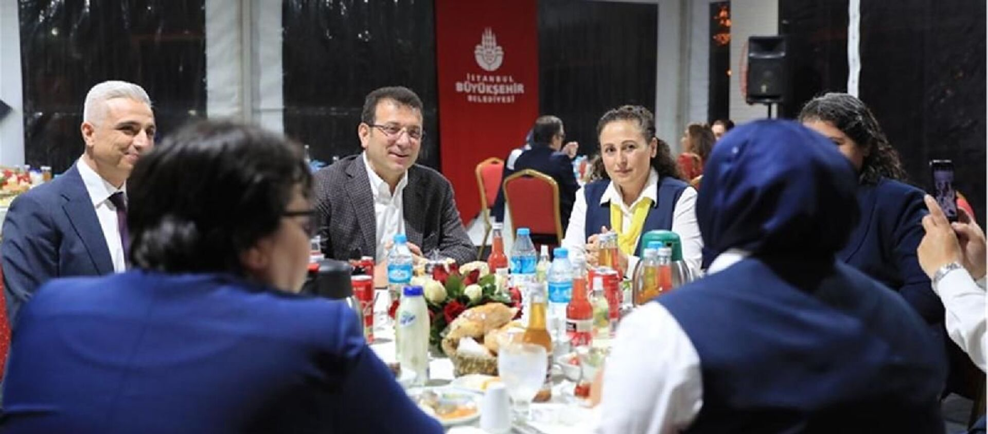 İstanbul Büyükşehir Belediye (İBB) Başkanı Ekrem İmamoğlu, iftarını, İETT'de görev yapan 27 kadın şoför ile birlikte yaptı. - Sputnik Türkiye, 1920, 28.04.2021