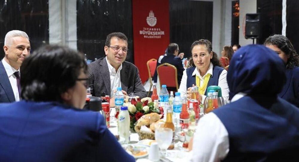 İstanbul Büyükşehir Belediye (İBB) Başkanı Ekrem İmamoğlu, iftarını, İETT'de görev yapan 27 kadın şoför ile birlikte yaptı.