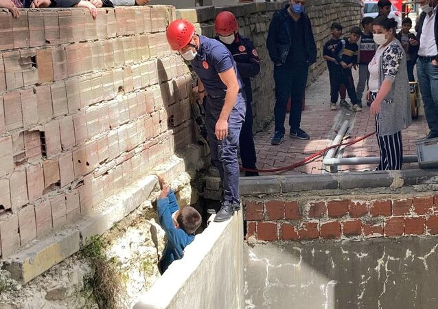 Arnavutköy, iki duvar arasına sıkışan çocuk