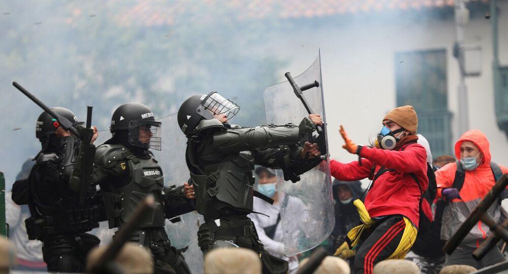 Kolombiya Devlet Başkanı Ivan Duque'nin açıkladığı vergi reform paketinin ardından halk sokaklara döküldü. Ulusal grev kararı alınan ülkede, geniş katılımlı protesto gösterileri düzenlendi.