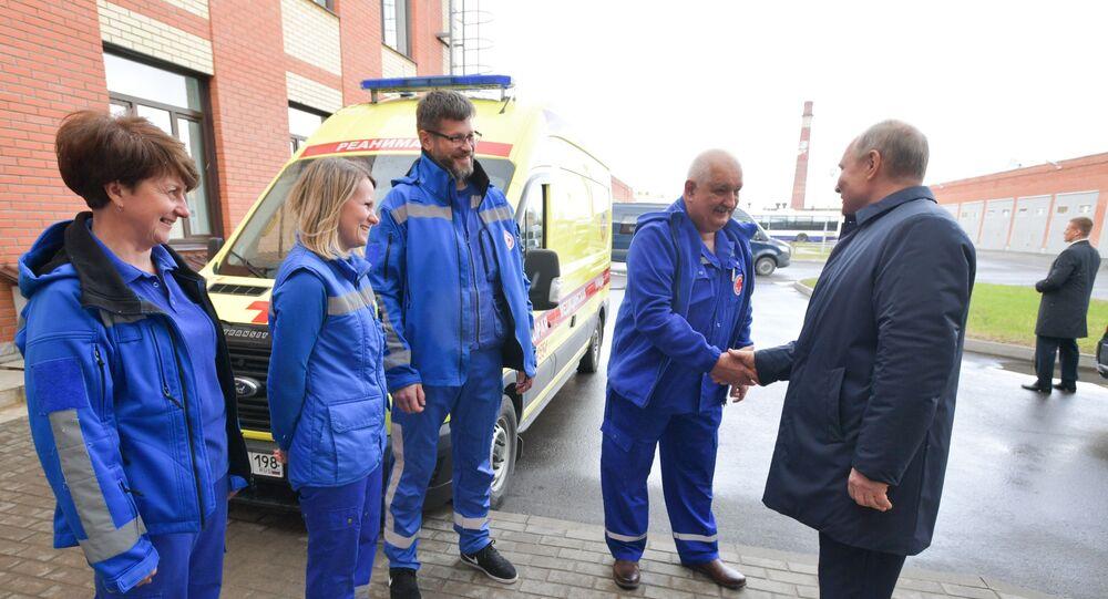 Rusya Devlet Başkanı Vladimir Putin, St. Petersburg yakınlarındaki Puşkin kentinde bulunan 4 no'lu ambulans istasyonunu ziyaret ederek, incelemelerde bulundu.