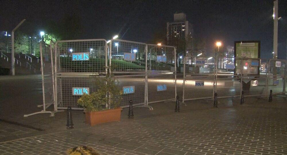 Taksim Meydanı'nda bulunan Gezi Parkı 1 Mayıs İşçi Bayramı öncesi polis barikatlarıyla çevrelendi.