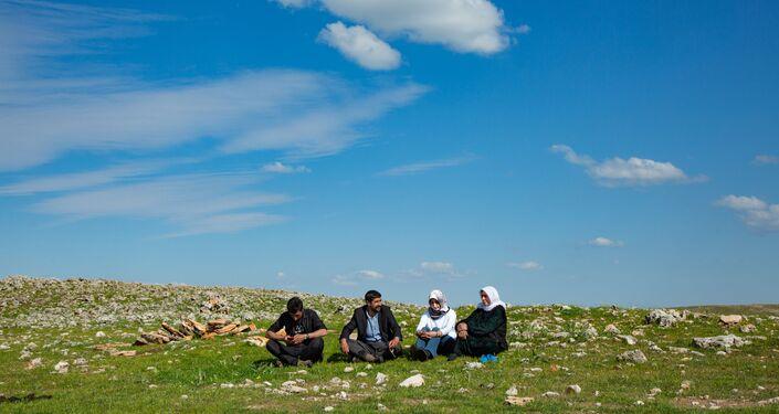 Göçerlerle birlikte yola çıkan Özlem Akgün, Sputnik'e konuşarak hem yolculuk hem de göçerler ile ilgili gözlemlerini paylaştı.
