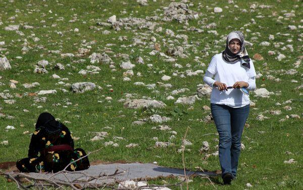 Akgün, göçebe toplulukların dünyanın her yerinde olduğunu belirterek, göçerliğin bir yaşam biçimi olduğunu söyledi. - Sputnik Türkiye