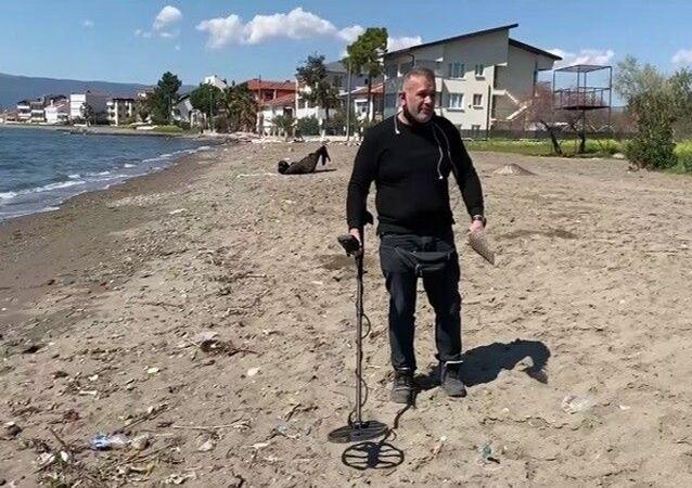 Dedektörle sahilde dolaşıyor: 'Bu işi yapacaksan küçük şeylerle mutlu olmayı bileceksin, 2 lira bulduk nasıl sevindik'