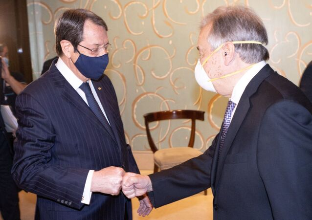 Kıbrıs Rum lideri Nikos Anastasiadis ile BM Genel Sekreteri Antonio Guterres (sağda), Cenevre'deki 5+1 Kıbrıs konferansında korona selamlaşmasında