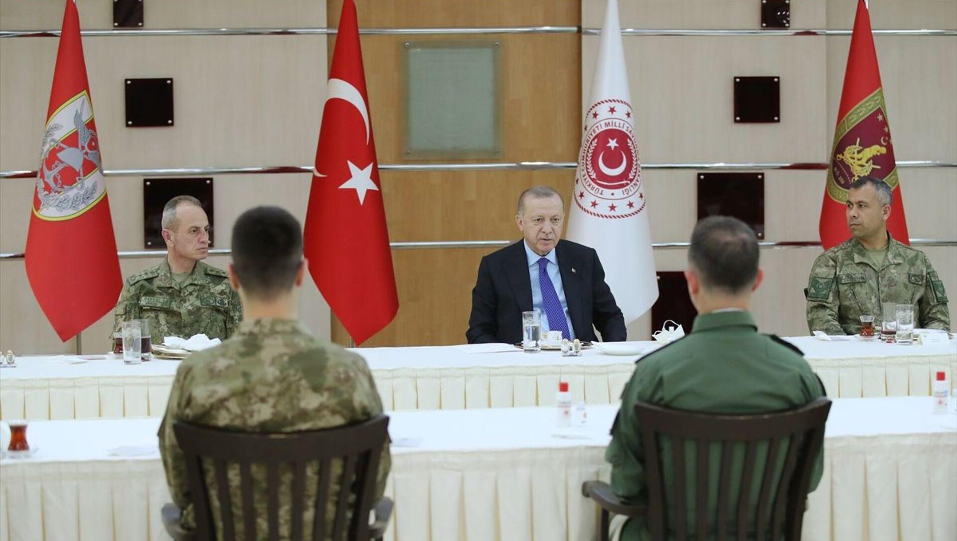 Cumhurbaşkanı Recep Tayyip Erdoğan, 4. Kolordu Komutanlığını ziyaret ederek iftarda askerlerle bir araya geldi. - Sputnik Türkiye, 1920, 29.04.2021