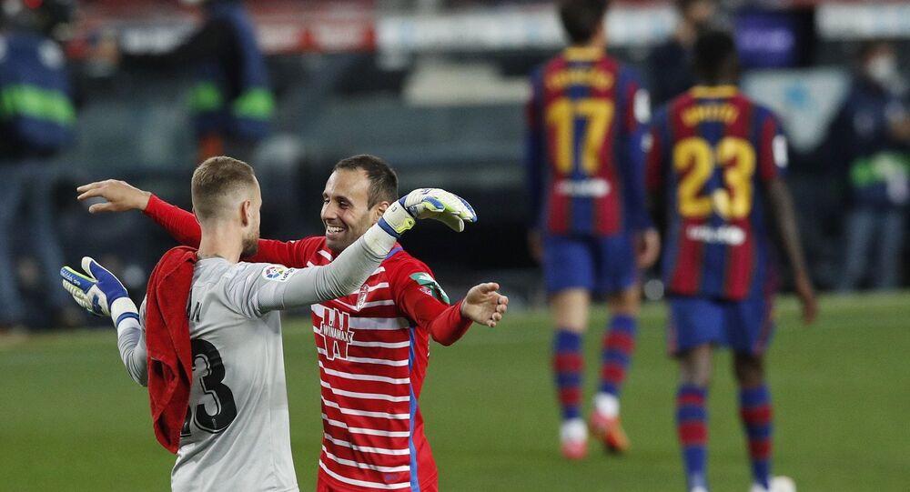 İspanya 1. Futbol Ligi'nin (La Liga) 33. haftasında oynanan erteleme maçında Barcelona, sahasında Granada'ya 2-1 yenilerek liderlik fırsatını kaçırdı.