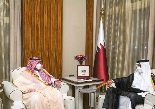 Katar Emiri Şeyh Temim bin Hamed Al Sani (sağda), Suudi Arabistan Devlet Bakanı Prens Turki bin Muhammed bin Fehd'i (solda) başkent Doha'da kabul etti.