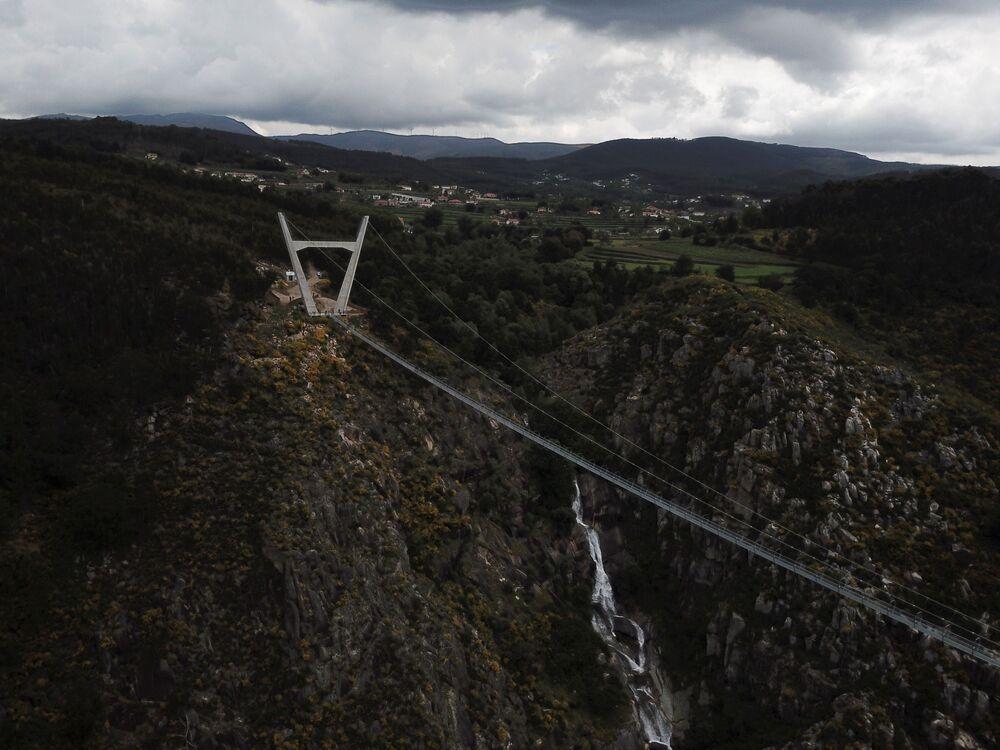 Arouca 516'nın açılmasıyla İsviçre'deki yaklaşık 500 metre uzunluğundaki Charles Kuonen Asma Köprüsü unvanını kaybetmiş oldu. Uzunluktan çok yüksekliğin peşinde olanlar için ise en ideal yer Çin'deki Zhangjiajie. Dünyanın en yüksek ve en uzun cam tabana sahip köprüsü olan  Zhangjiajie, 260 metre yükselikteki platformadan bungee jumping imkanı da sunuyor.