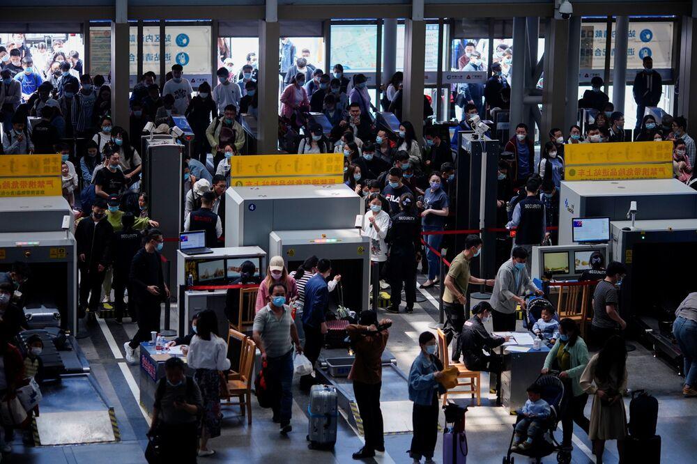 Sınırlar hâlâ kapalı olduğu için popüler destinasyonlar Singapur, Tayland ve Japonya'ya değil ülke içinde seyahat eden ama evlerinden daha uzak yerleri tercih edip daha uzun bir tatil planlayan Çinlilerin sayısı rekor seviyeyi buldu.  Çevrimiçi seyahat devi Trip.com sitesinin verilerine göre geçen yıl 1 Mayıs'ta evlerinde kapalı olan Çinliler bu sene ise 200 milyona yakın seyahat rezervasyonu yaptı. Bu da tüm 1 Mayıs tatillerinde yapılan seyahat sayısı açısından bir rekor olma özelliği taşıyor. Pandemiden önceki son 1 Mayıs tatilinde 195 milyon seyahat kayda geçmişti.