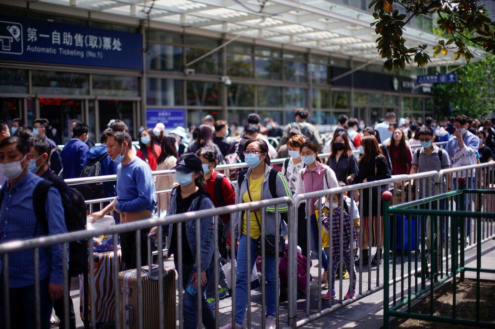Tur acenteleri bazı Çinlilerin 1-5 Mayıs arasındaki tatili uzatıp 9 güne çıkardığına dikkat çekti. Bununla birlikte otel ve bilet fiyatları da uçuşa geçti. Dali'de butik bir misafirhanesi bulunan Li Hua, 16 odanın hepsinin rezerve edildiğini ve oda fiyatlarına yarı yarıya zam yaptıklarını anlattı. Fazladan elde etmiş olacağı geliri çalışanları arasında paylaştıracağını söyleyen Li, büyük otellerin de yüksek talep nedeniyle ücretleri artırdığının altını çizdi: Geceliği 3 bin yuandan (464 dolar) fazla olan oteller en rağbet gören yerler.