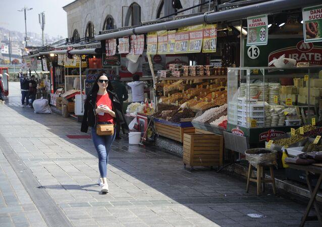 'Tam kapanmanın' ilk gününde Eminönü esnafı turistlere hizmet veriyor