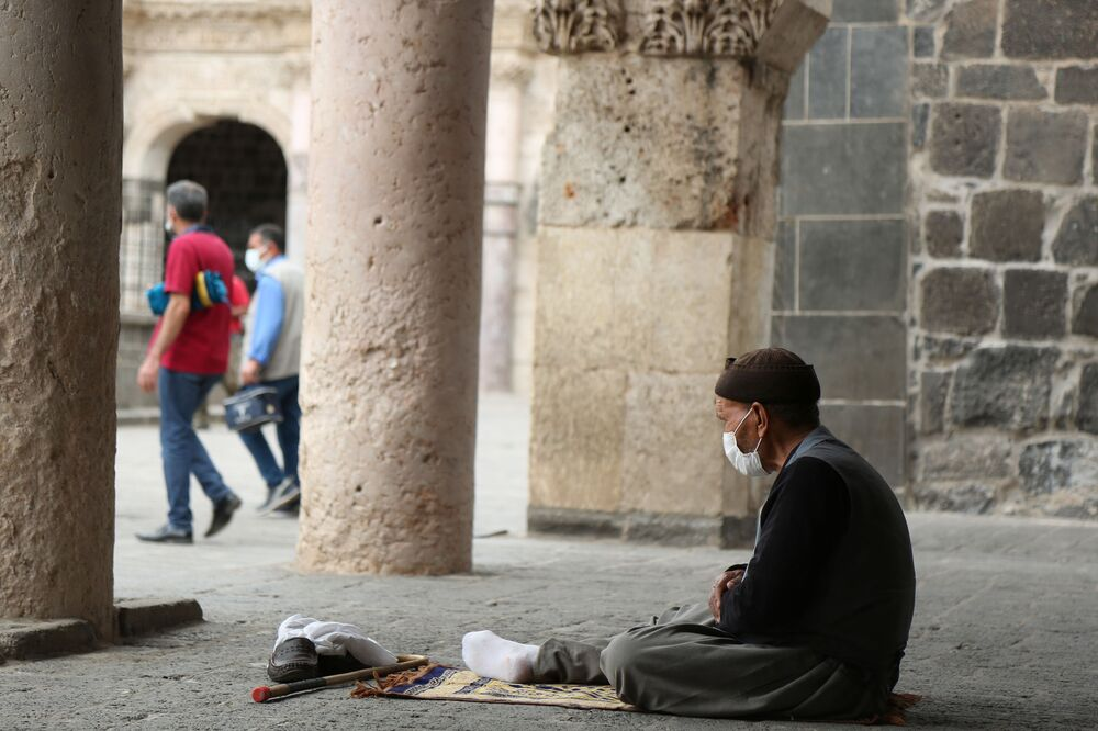 Ramazan ayının da etkisiyle güne sessiz başlayan kentte, öğlen saatlerine doğru yoğunluk yaşandı.