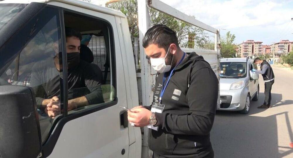 Kırıkkale'de komşusu ile birlikte kısıtlamayı ihlal eden kamyonet sürücüsü şok denetim uygulamasına takılınca ücretsiz doldurduğu sular pahalıya patladı.