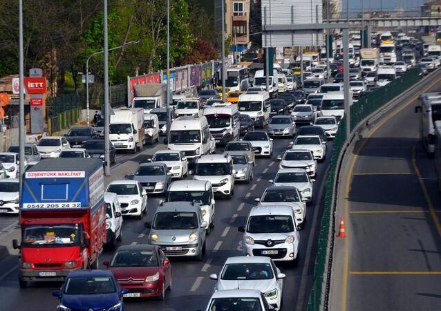 Koronavirüs ile mücadele kapsamında ilan edilen 17 günlük 'Tam kapanma'nın ilk gününde Avcılar'da akşam saatlerinde D-100 ve yan yolda trafik yoğunluk görüldü.