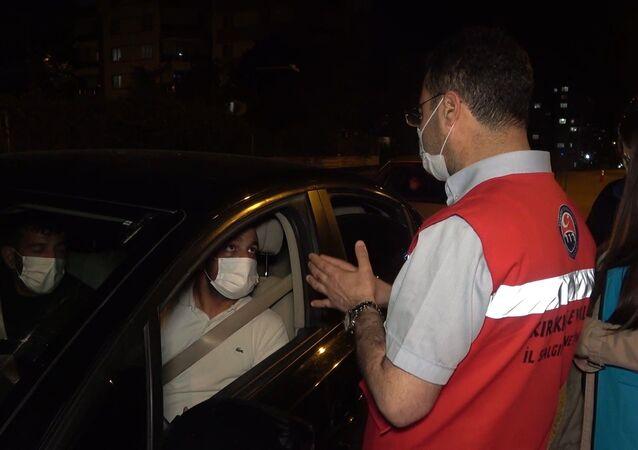 Kırıkkale'de koronavirüs denetiminde kısıtlamayı ihlal ettiği gerekçesiyle 4 bin 50 lira idari para cezası uygulanan kişinin çalışanı olduğunu iddia eden bir sürücü, Bu adam pompacıdır, istediği yere gidip gelebilir diyerek savundu.