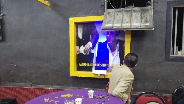 İzmir'in Bornova ilçesinde, jandarma ekiplerince 'Sabri Abi' ismiyle kumar baskını gerçekleştirildi. Baskında 60 kişiye toplamda 288 bin 300 lira ceza kesilirken, içeride bulunan duvarlarda 'Kolpaçino' filmine atıfta bulunulan panoların asılı olması ise dikkat çekti. - Sputnik Türkiye