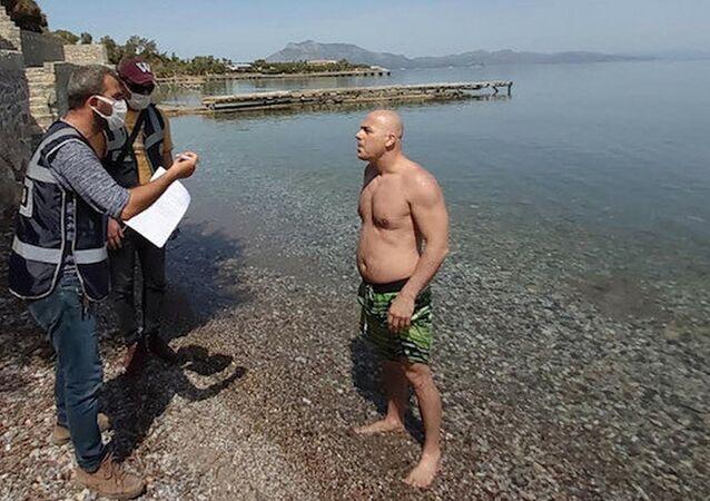Muğla'nın Datça ilçesinde, tam kapanmada sokağa çıkma yasağını ihlal ederek denize giren 17 ayrı kişiye, ceza kesildi.