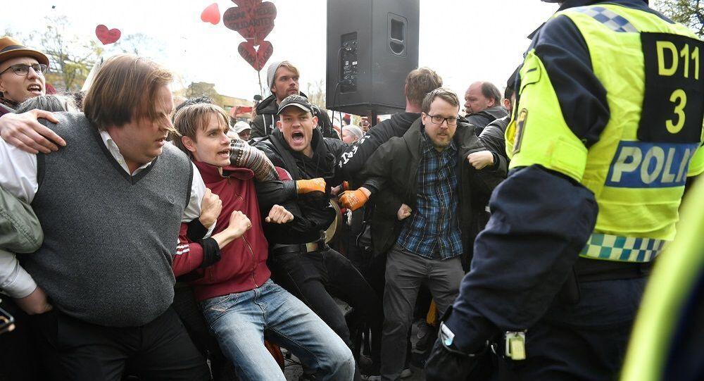 İsveç'te 1 Mayıs yürüyüşü Kovid-19 protestosuna dönüştü