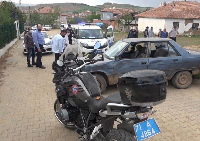 Dur ihtarına uymayan 17 yaşındaki ehliyetsiz sürücü polis motosikletine çarptı