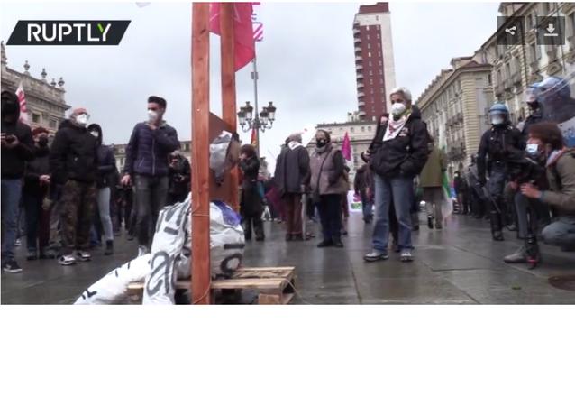 İtalya'da 1 Mayıs yürüyüşü: Torino'da halk başbakan ve giyotin maketi taşıdı