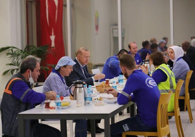 Cumhurbaşkanı Erdoğan işçilerle iftarda buluştu