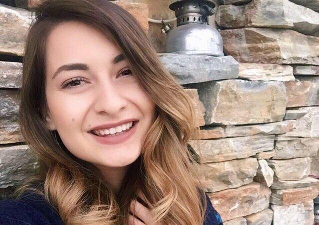Bodrum'da internet üzerinden öğrencilerine ders anlattığı esnada beyin kanaması geçiren genç öğretmen Esra Karaman, yapılan tüm müdahalelere rağmen kurtarılamayarak yaşama veda etti. Karaman'ın ani vefatı ilçede üzüntüye neden oldu.