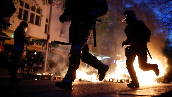 Almanya'nın başkenti Berlin'de düzenlenen 1 Mayıs gösterilerinde, polis ve protestocular arasında çatışma çıkarken, çok sayıda kişi gözaltına alındı. - Sputnik Türkiye