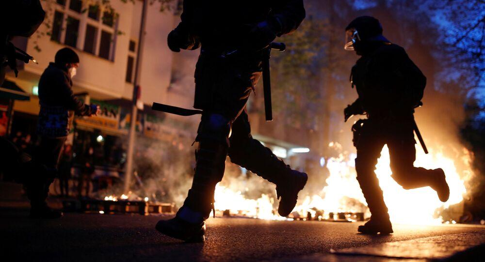 Almanya'nın başkenti Berlin'de düzenlenen 1 Mayıs gösterilerinde, polis ve protestocular arasında çatışma çıkarken, çok sayıda kişi gözaltına alındı.