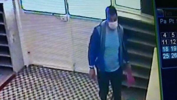 Amasya'nın Merzifon ilçesinde bir şahıs, kitap okumak için girdiği camiden fitre zarflarını çaldı. - Sputnik Türkiye