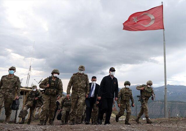 Milli Savunma Bakanı Hulusi Akar, beraberinde Genelkurmay Başkanı Orgeneral Yaşar Güler, Kara Kuvvetleri Komutanı Orgeneral Ümit Dündar ile 2. Hudut Bölük Komutanlığı'nın Irak'ın kuzeyindeki Biliç Tepe Üs Bölgesi'ni ziyaret etti.