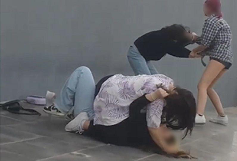 İzmir, fenomen olmak için iki kızı döven kızlar