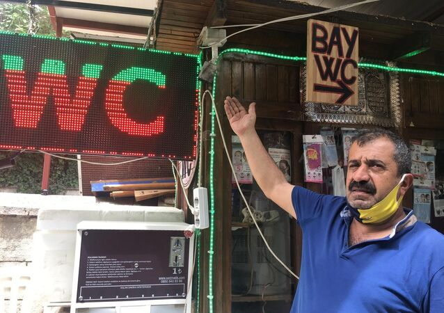 Aydın'ın Efeler ilçesindeki Bey Camii'nin tuvaleti 4 ayda 3'üncü kez soyuldu. Tuvalet işletmecisi hırsızlara isyan ederken, polis güvenlik kameralarından tespit edilen şüphelinin yakalanması için çalışma başlattı.