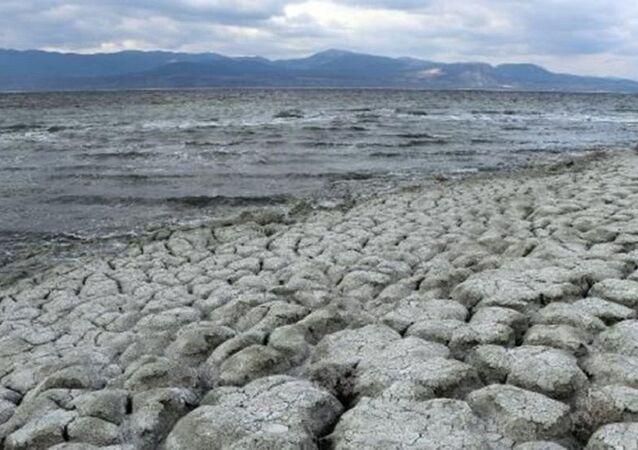 Burdur Gölü'nün kuruyan alanlarından, yılda 2 bin ton zararlı toz etrafa saçılıyor