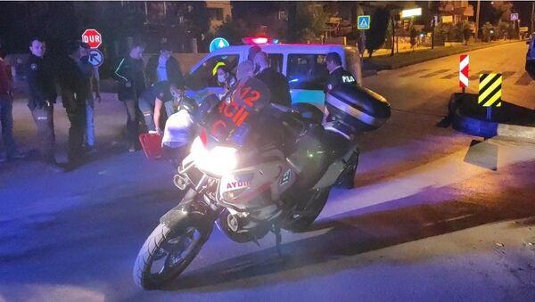 Aydın'ın Kuşadası ilçesinde polis otosuyla motorlu kurye kontrolsüz kavşakta çarpıştı. Kazada motosikletten düşerek yaralanan kurye ambulansla hastaneye kaldırıldı. - Sputnik Türkiye